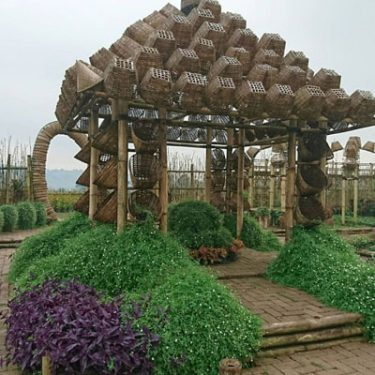 menikmati dekorasi artistik kayu dan bambu di kawasan